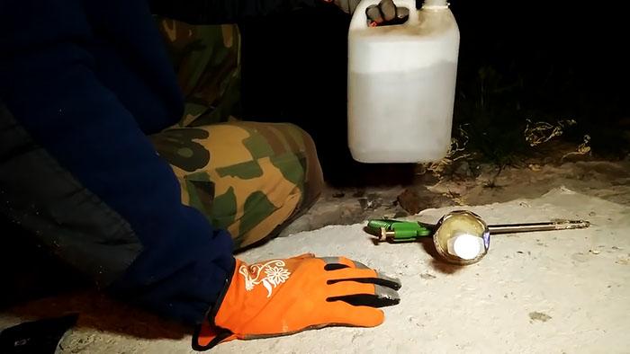 Как промыть пистолет для пены за копейки? Сделаем полезное приспособление
