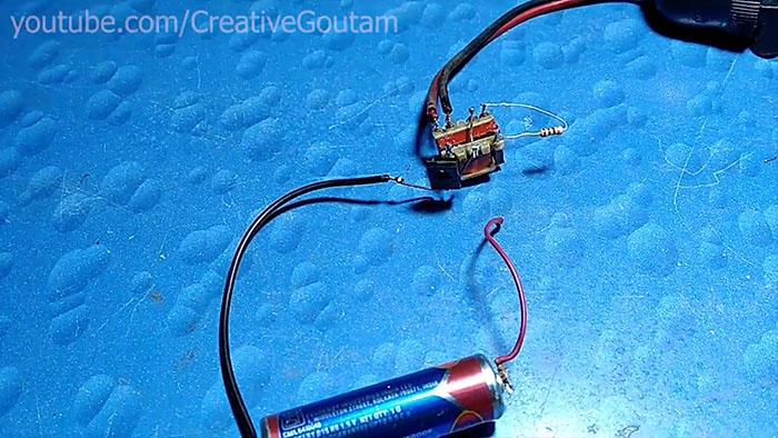 Разобрал сломанный зарядник, собрал повышающий преобразователь на 220 В из трех его деталей