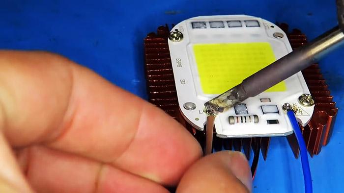 Как сделать мощную LED лампу 100 Вт из сломанной энергосберегающей