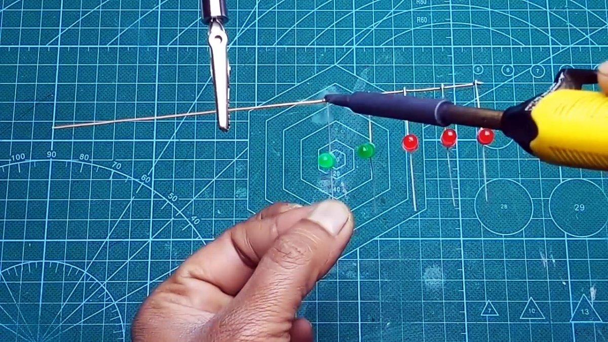 «Бегущие огни» без транзисторов