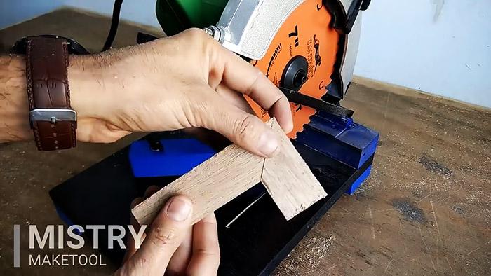 Простая стойка для ручной дисковой пилы из дверной петли и фанеры