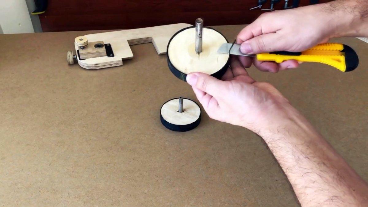 Самодельная ручная ленточная пила из фанеры с приводом от шуруповерта