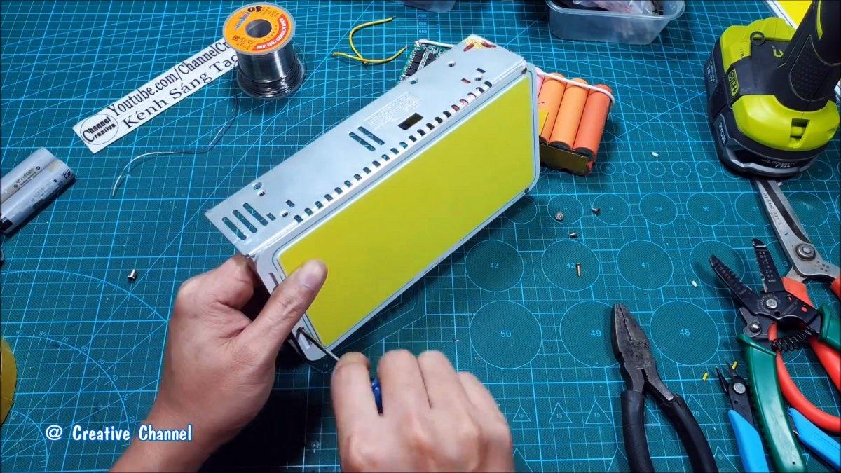 Как сделать мега мощный фонарь из старых аккумуляторов от ноутбуков и светодиодной панели
