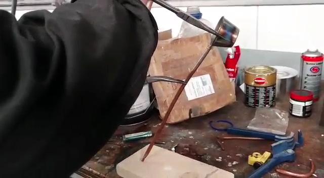 Как делать резкие изгибы на трубке без трубогиба чтобы ее не смяло