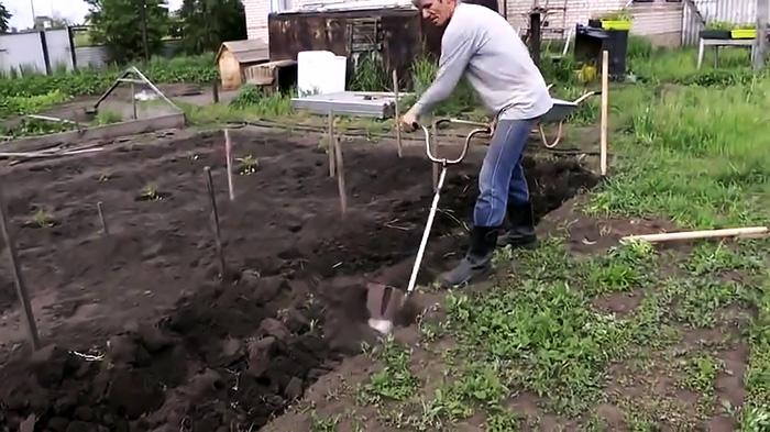 Как сделать специальную лопату для тех у кого болит спина 2 варианта