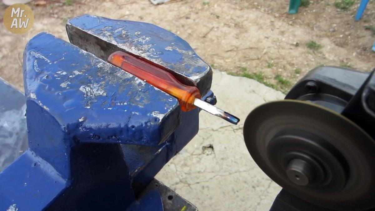 Делаем 2 новых инструмента из старой отвертки