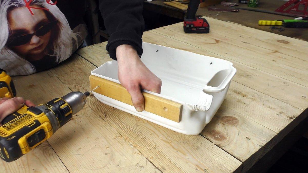 Как применить пластиковую канистру с пользой в гараже или мастерской