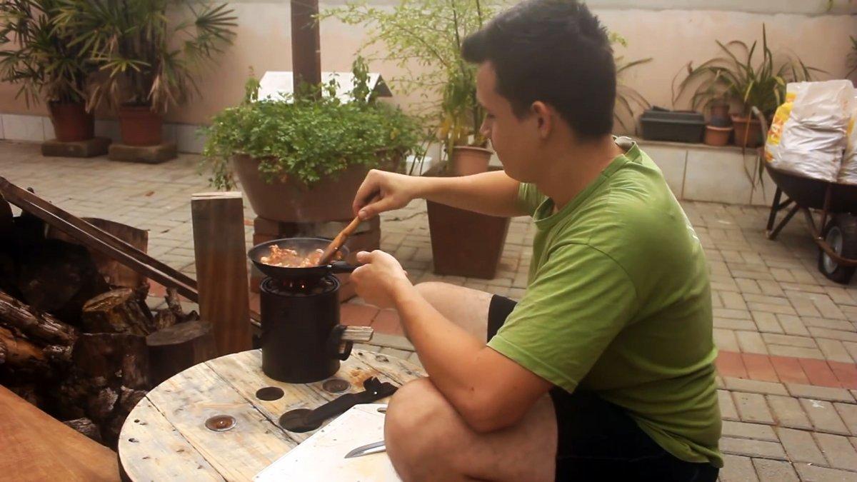 Полезное применение жестяным банкам: как сделать мини печь для уличной готовки