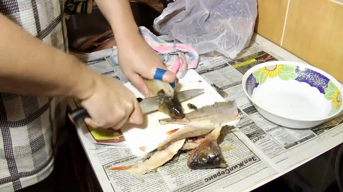 Советы бывалых рыбаков: 3 способа почистить окуня быстро и без грязи