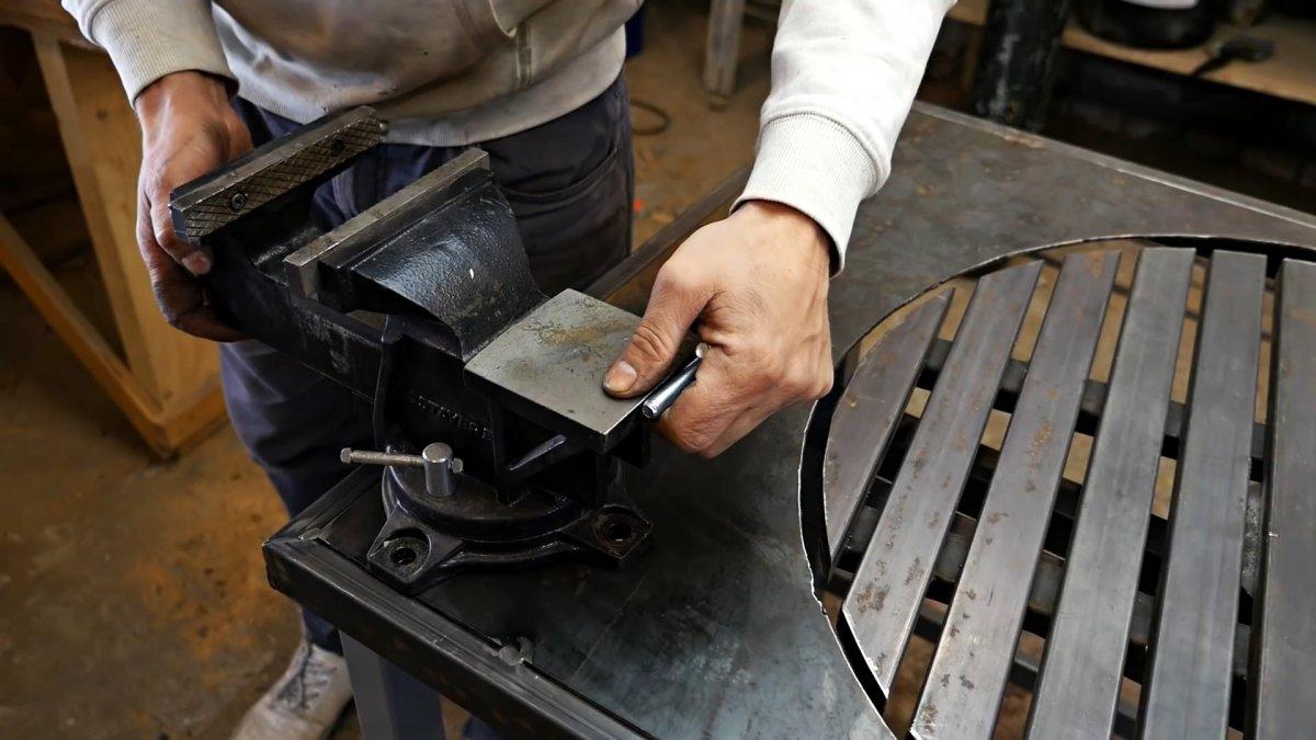 Из старой ступицы делаем слесарный верстак с поворотной площадкой для сварочных работ