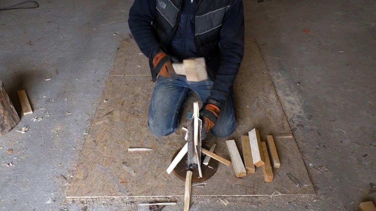 Из двух уголков и маховика сделал полезное приспособление для колки дров