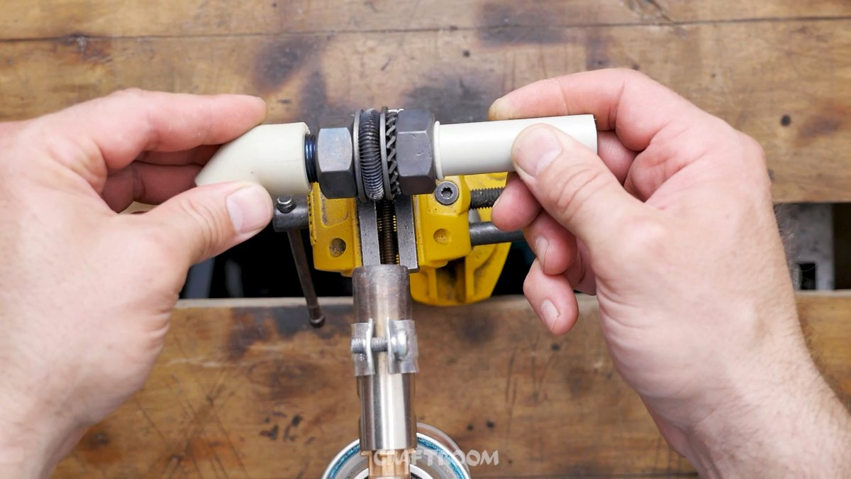 4 полезных инструмента из болтов и гаек для электрика и сантехника