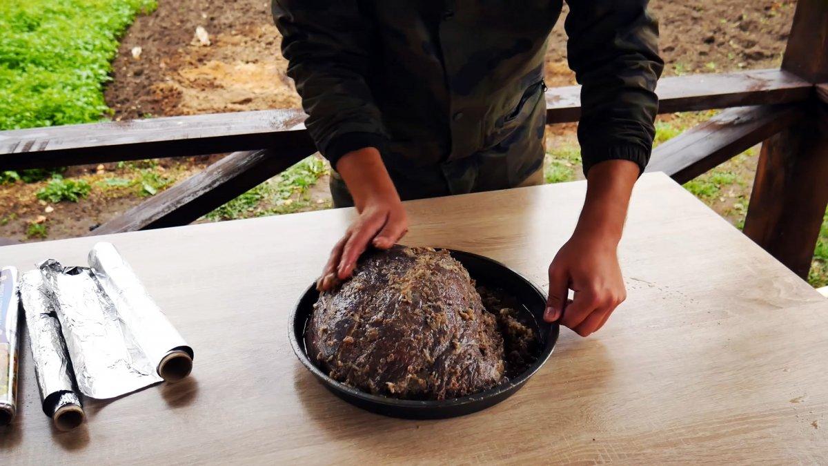 Как запечь 5 кг мяса в яме одним куском