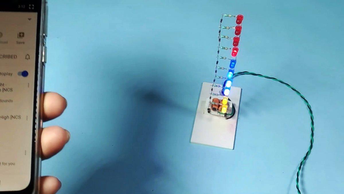 Светодиодный индикатор уровня с питанием напрямую от динамика