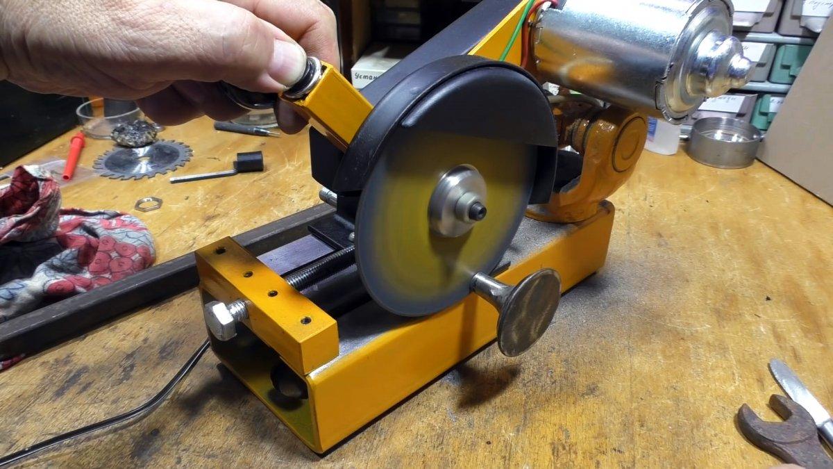 Как из крестовины кардана сделать низковольтный мини отрезной станок
