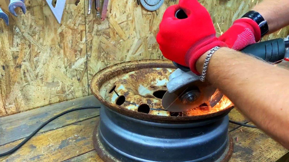 Стойка для колки дров молотком из старого автомобильного диска