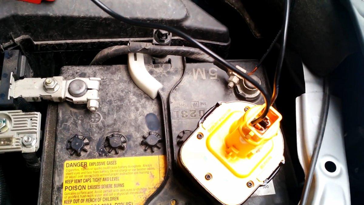 Слабый аккумулятор автомобиля? Возьмите с собой шуруповерт для подстраховки