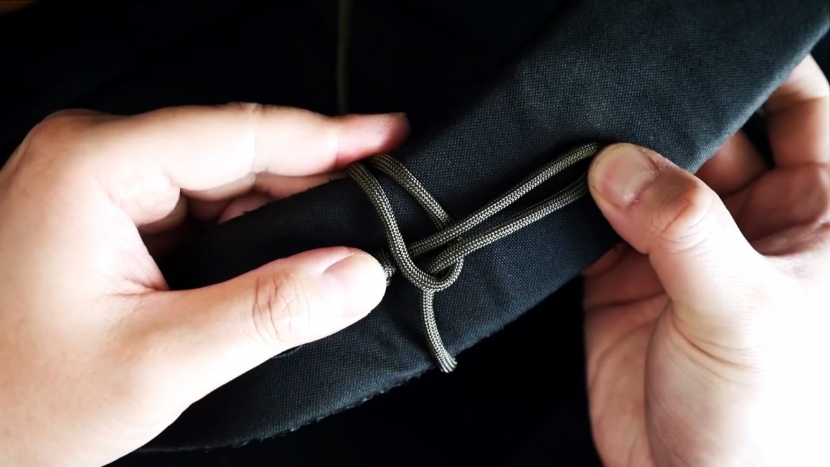 Как завязать паракордовый шнур на рюкзак, чтобы он распустился за секунду