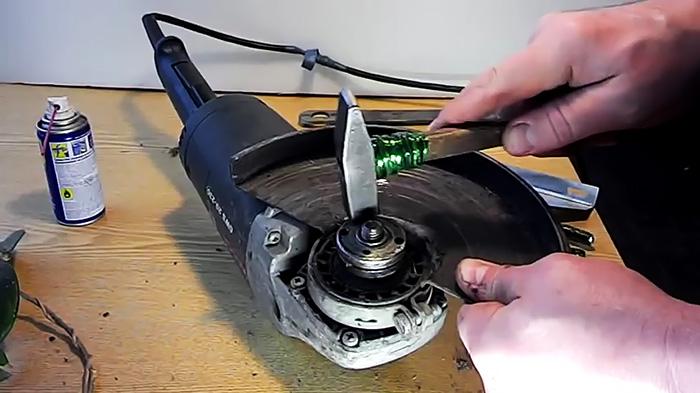 Как без проблем раскрутить болгарку, если зажало и разбило диск. Совет от бывалого слесаря
