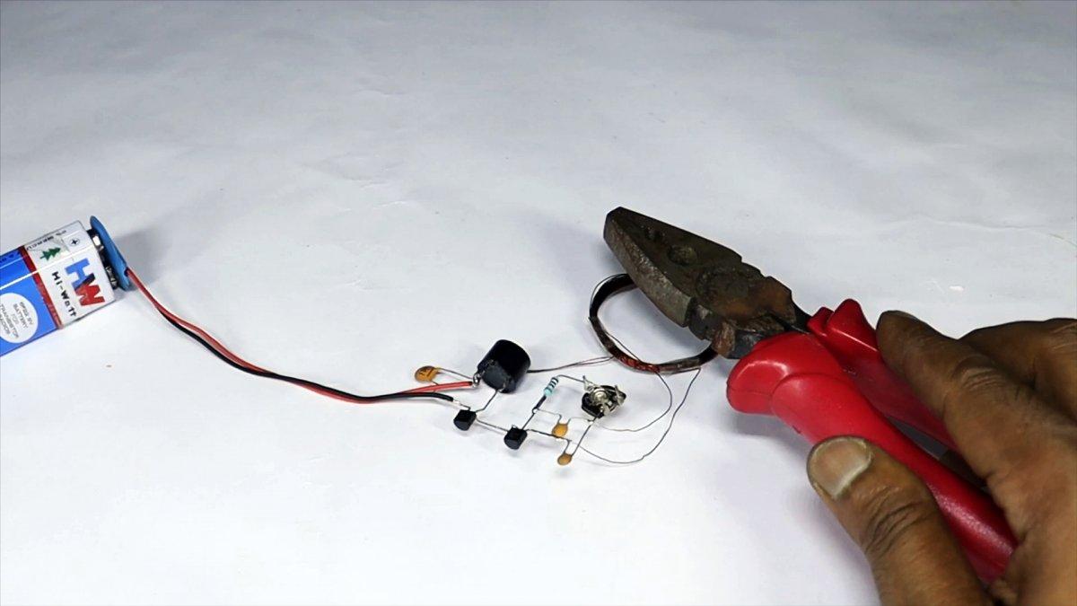 Как сделать очень простой металлоискатель всего на 2-х транзисторах