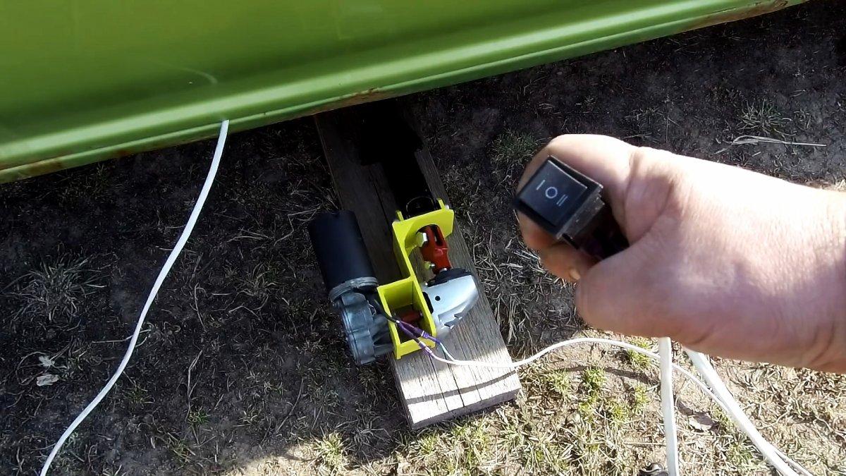 Как из сломанной болгарки и мотора дворников сделать электродомкрат
