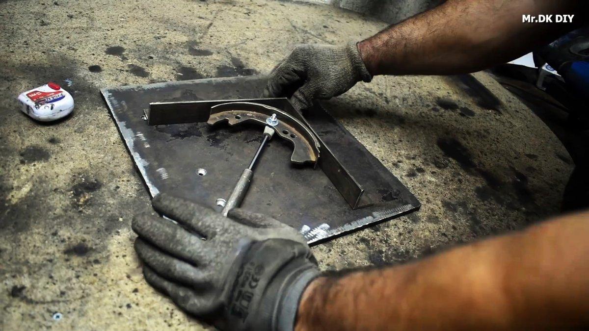 Как из тормозной колодки и газлифта сделать кондуктор для быстрой сварки