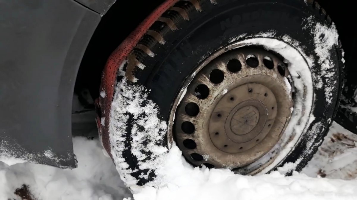 Как выехать из глубокого снега или грязи без посторонней помощи
