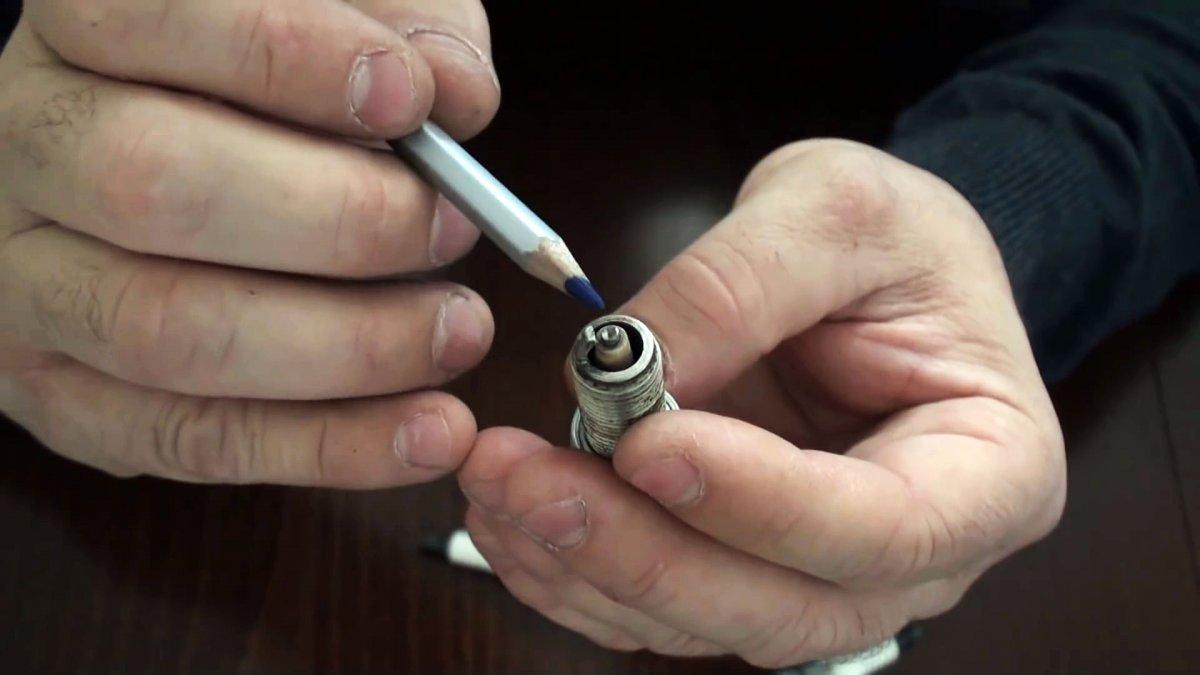 Обрезаем боковой электрод и получаем более стабильную работу двигателя