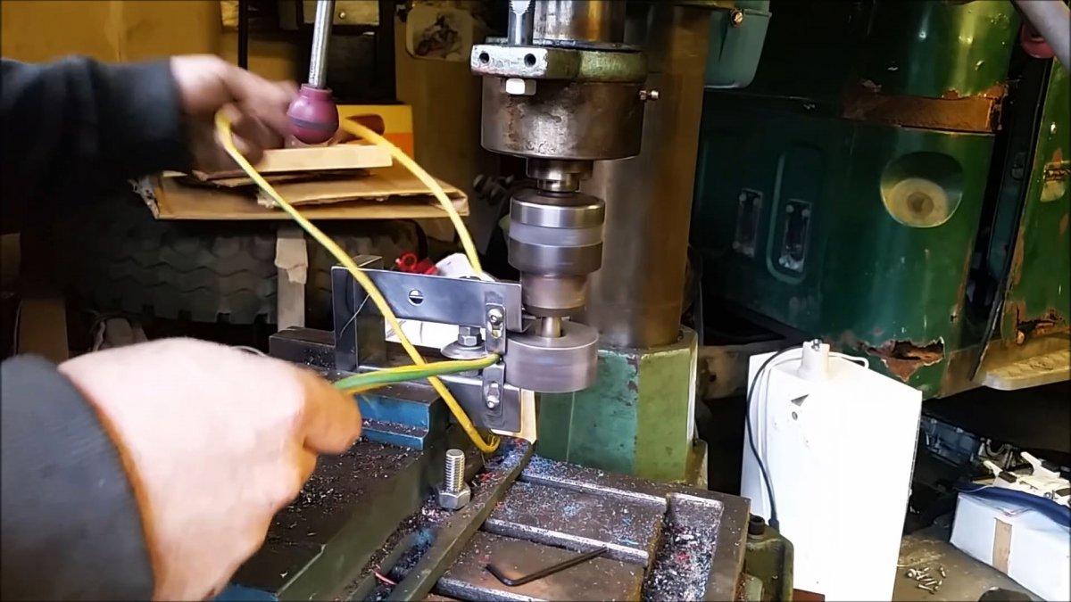 Как сделать приспособление на сверлильный станок для быстрого снятия изоляции с проводов