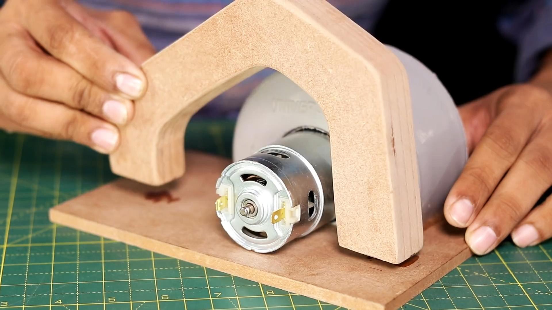 Как сделать ручную мини циркулярку из дешевых материалов