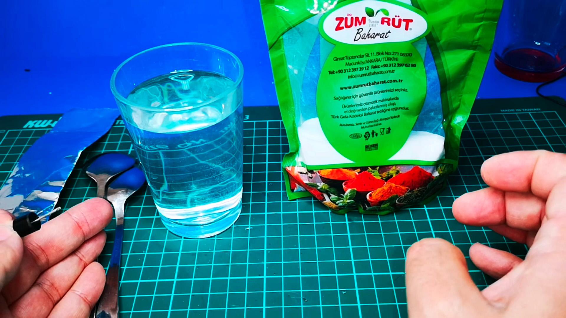 Как сделать жидкий диод из ложки, воды  и соды