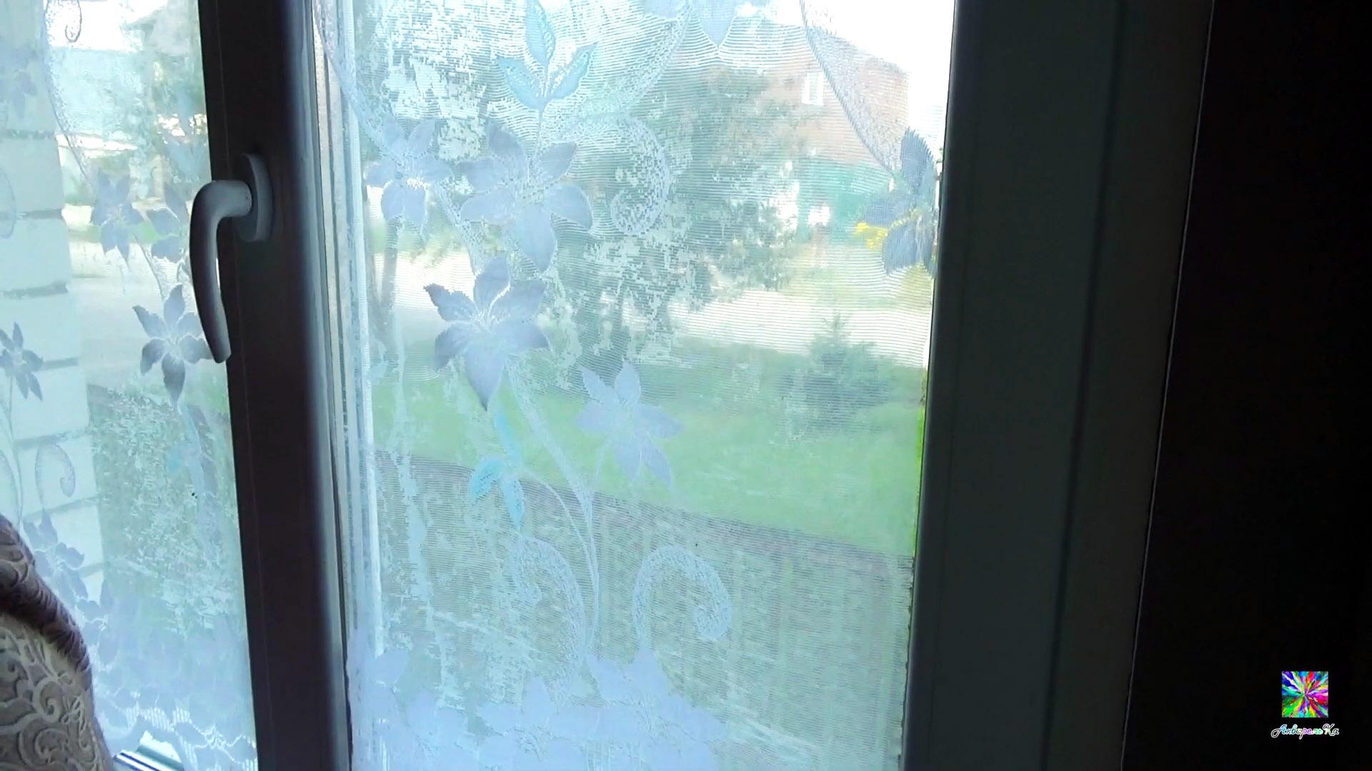 Зачем клеить тюль на окна вместо жалюзи? Волшебный совет для первых этажей