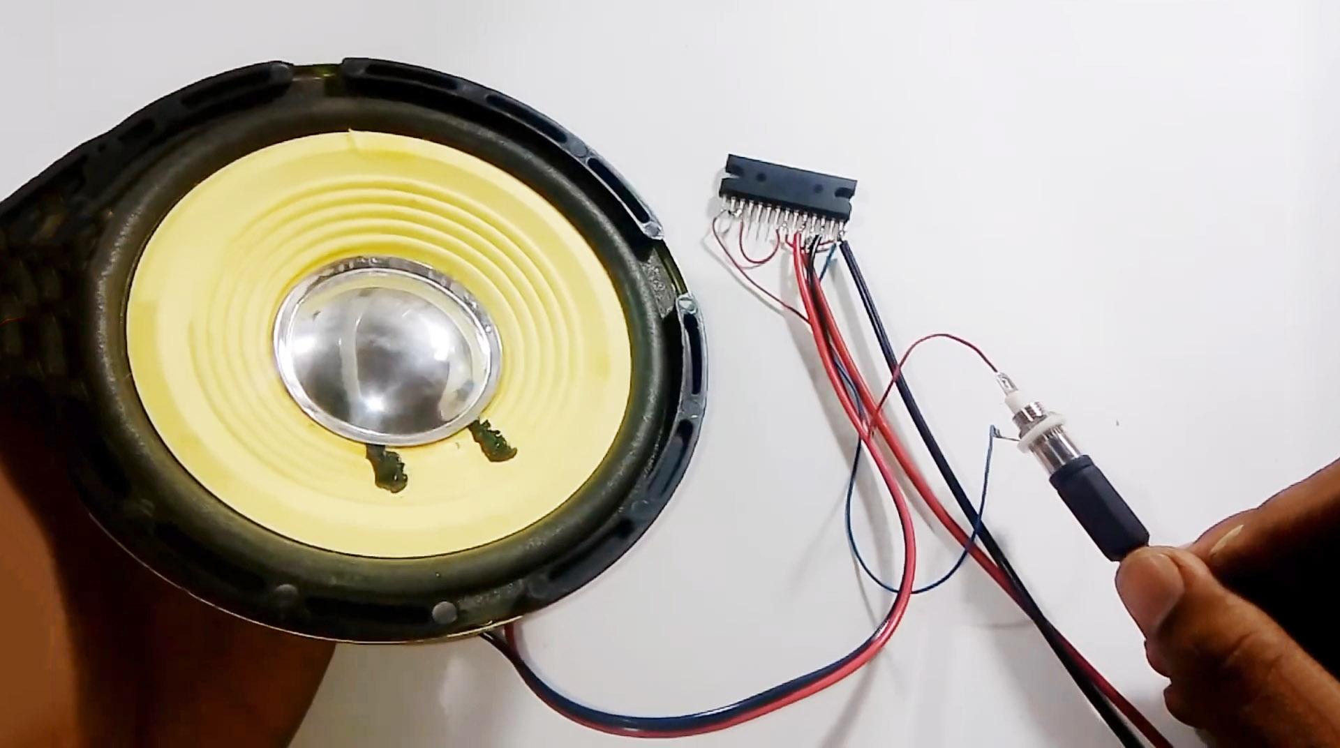 Усилитель без резисторов и конденсаторов всего на одной микросхеме