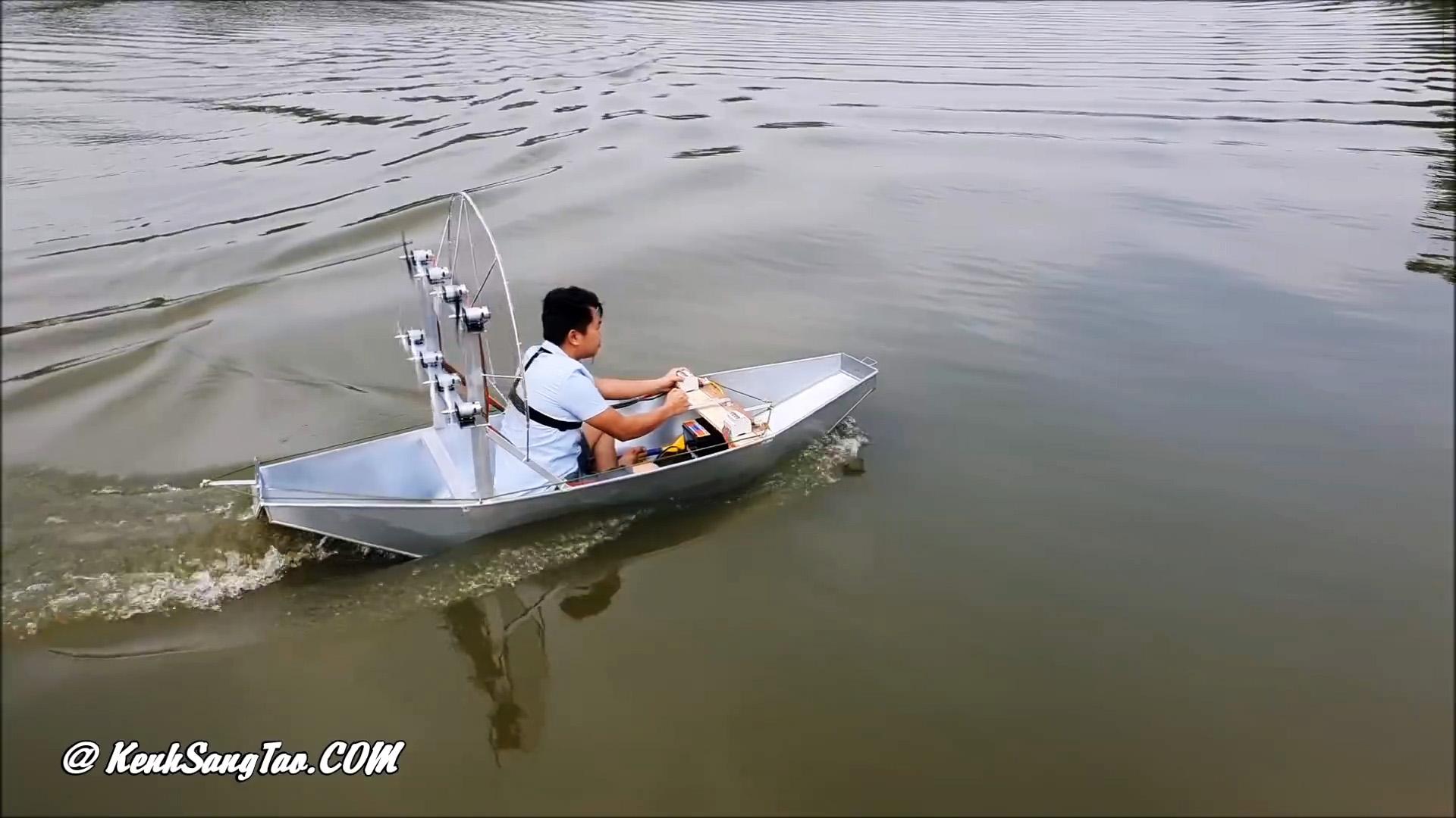 Как сделать лодку на воздушной тяге с 8 маломощными электродвигателями