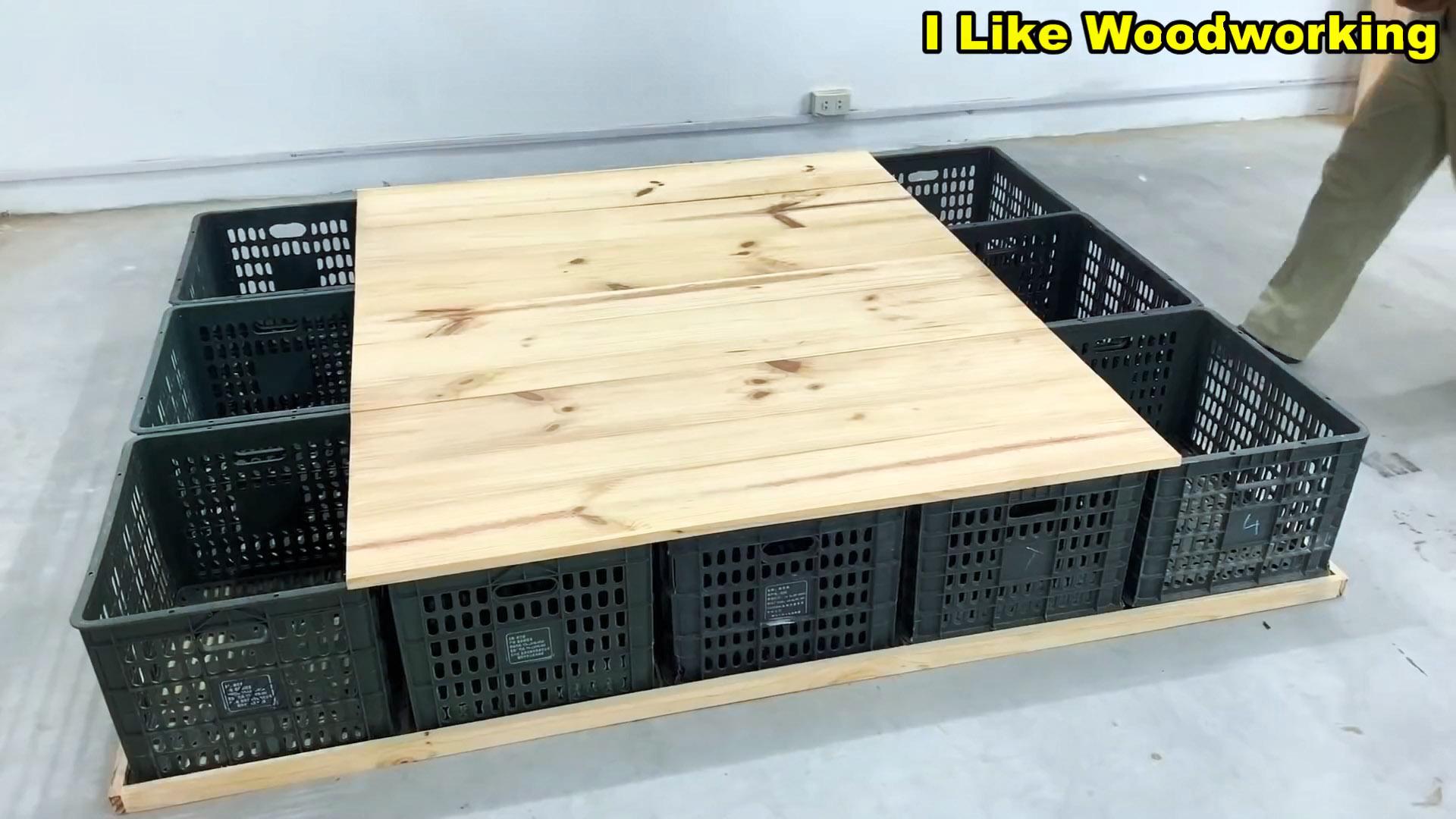 Кровать из пластиковых овощных ящиков с многочисленными местами для хранения