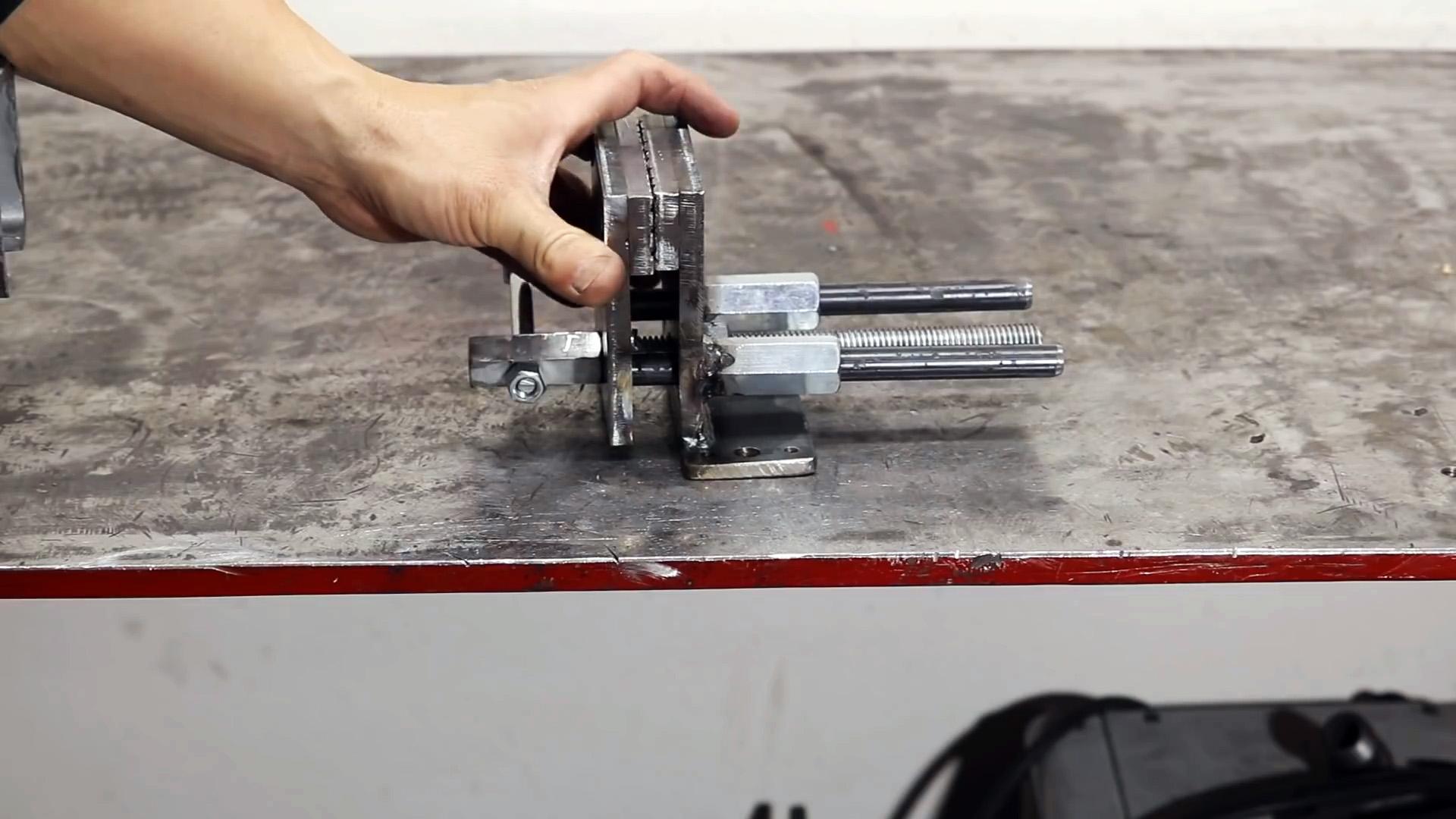 Простая конструкция тисков, которую легко повторить своими руками