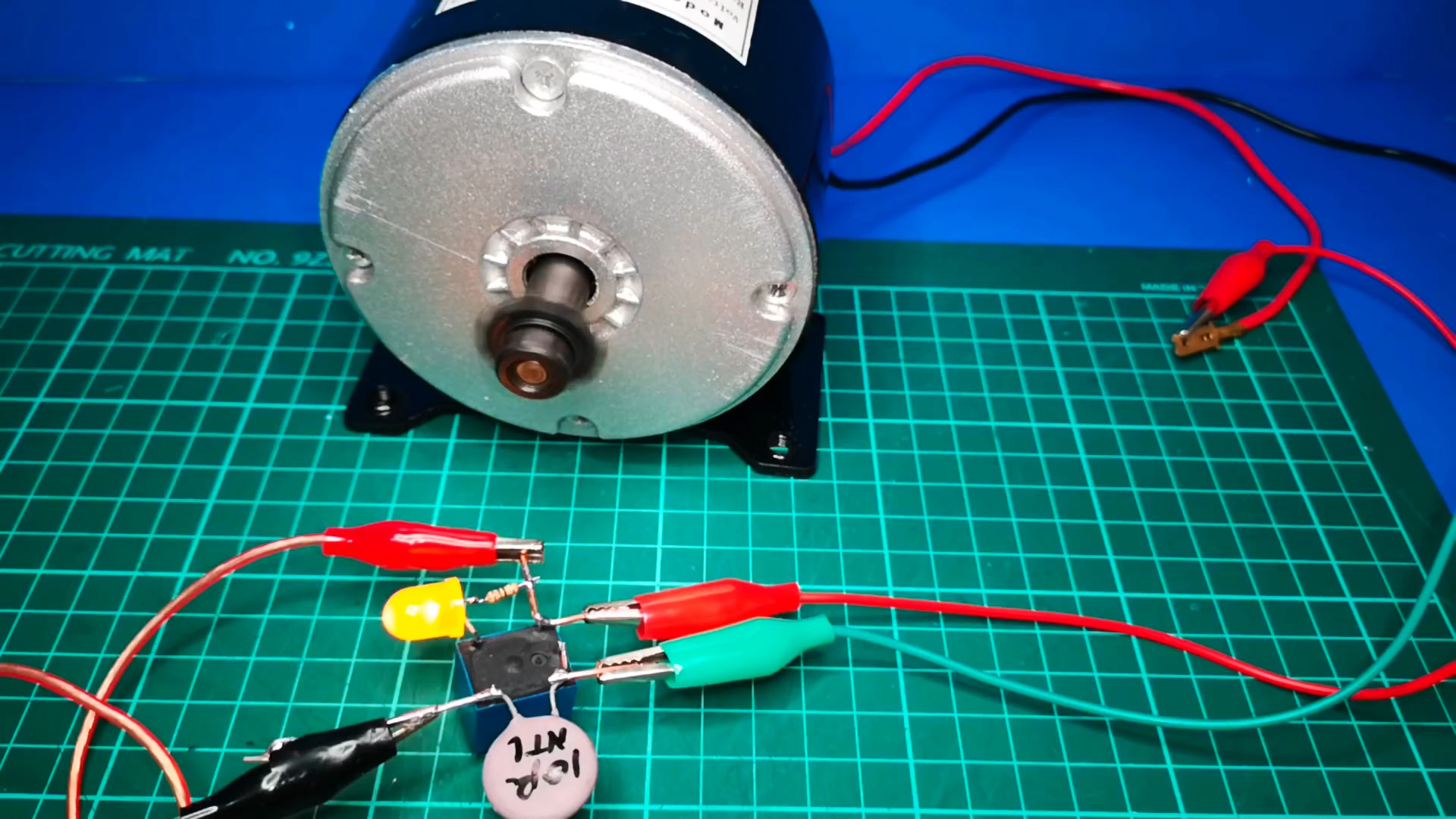 Любопытная схема простейшего устройства плавного пуска на реле без транзисторов и микросхем