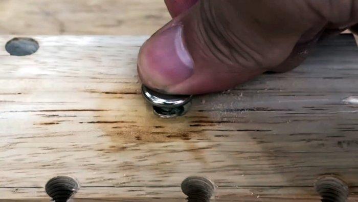 Лайфхак делаем дюбель из термоклея с резьбой под болт в дереве бетоне