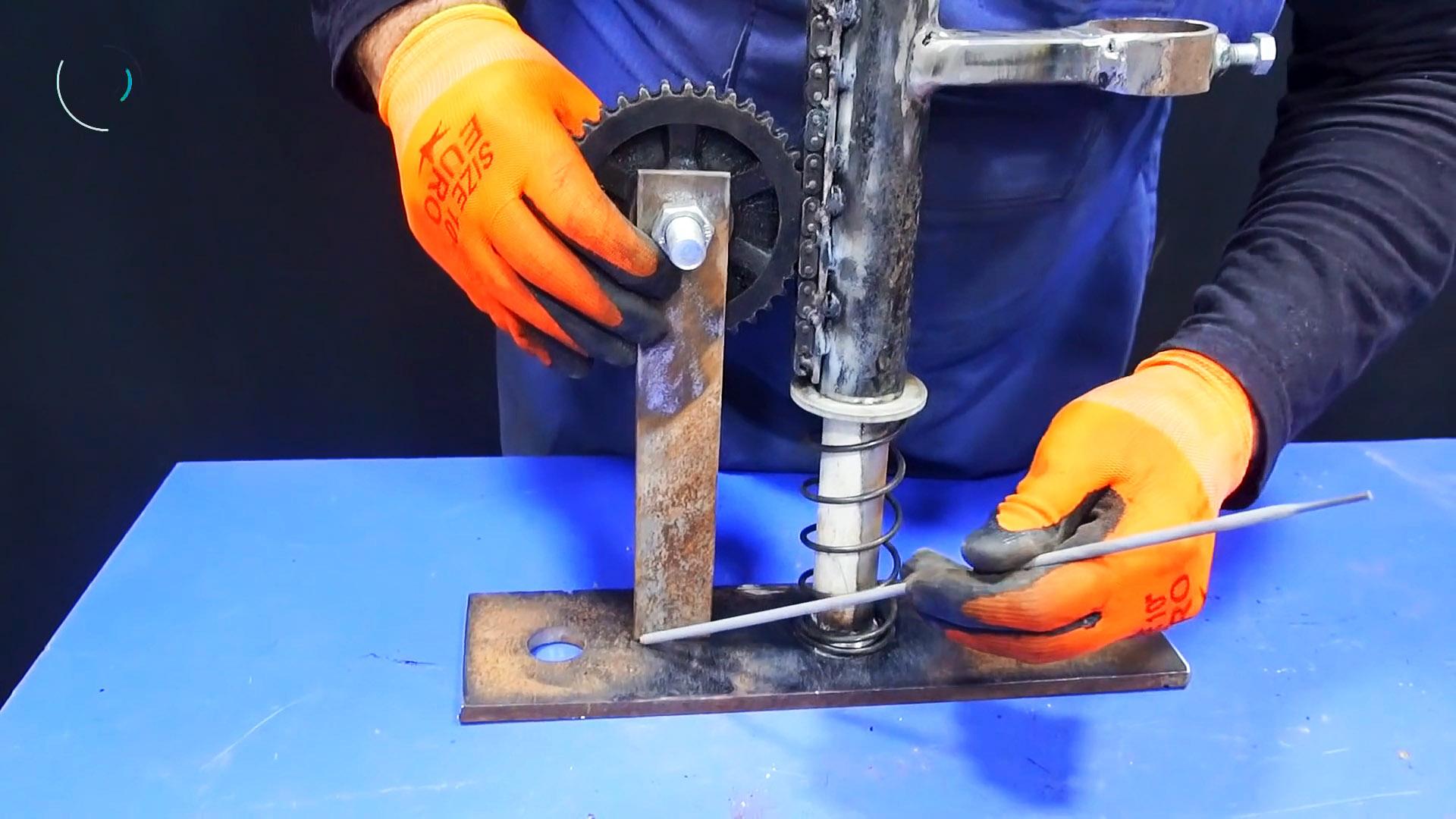 Простая стойка для дрели с приводом на основе цепи и звезды ГРМ