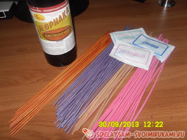 Как покрасить газетные трубочки для плетения