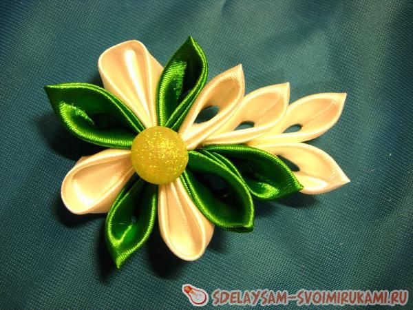 Зеленая заколка в стиле канзаши