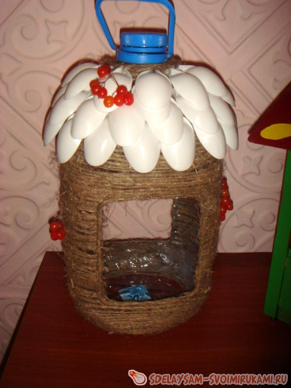 Как красиво сделать кормушку для птиц из бутылки