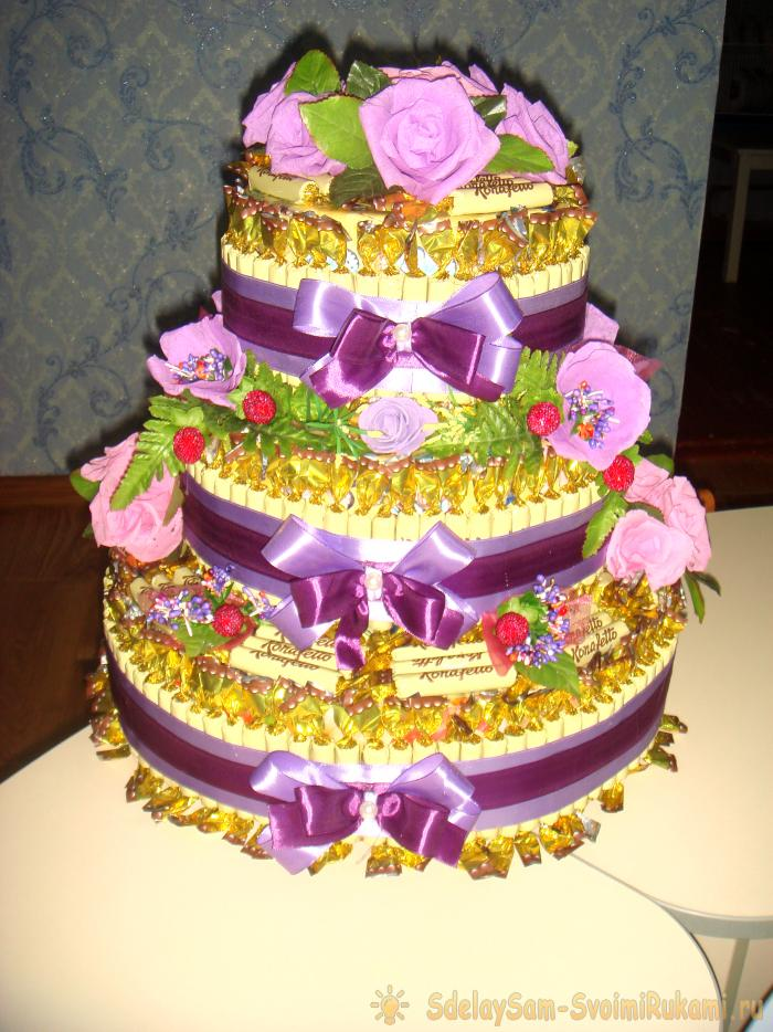 Трехъярусный торт из конфет