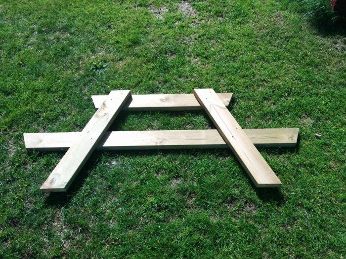 Простой стол со скамейками для сада