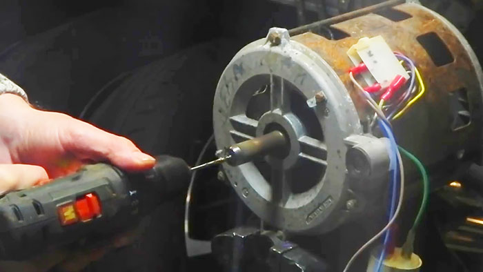 Как без токарки сверлить вал электродвигателя ровно