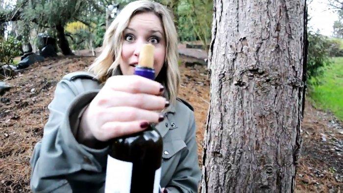 Как открыть бутылку абсолютно голыми руками