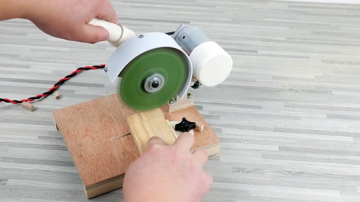 Как сделать мини торцовочную пилу для дерева, пластика и даже металла