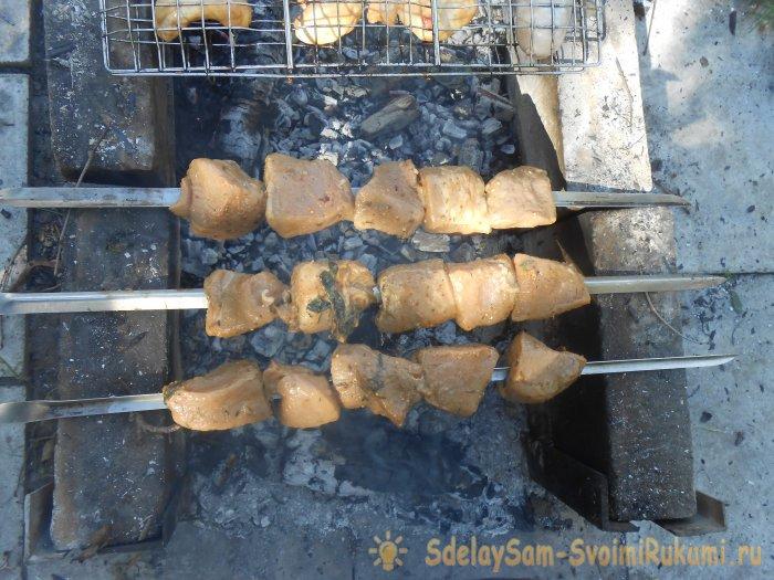 Майонез сделает мясо шашлыка мягче. Простой майонезный маринад