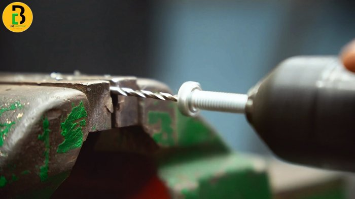 Как ровно просверлить болт вдоль без токарного и сверлильного станка