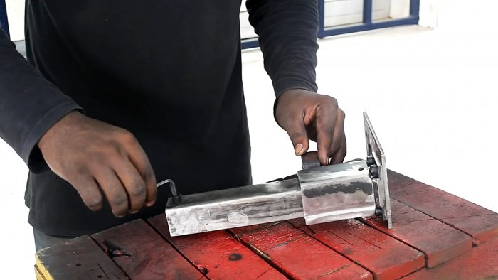 Нажимной сверлильный станок на базе дрели для домашней мастерской